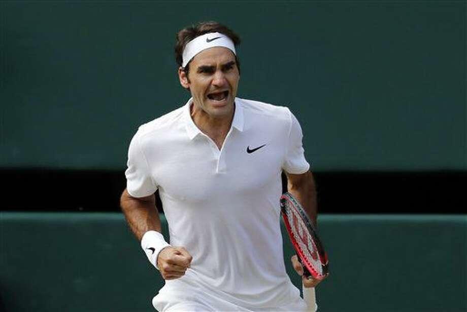 Roger Federer festeja un punto en su triunfo ante Marin Cilic en los cuartos de final de Wimbledon el miércoles, 6 de julio de 2016, en Londres. (AP Photo/Ben Curtis) Photo: Ben Curtis