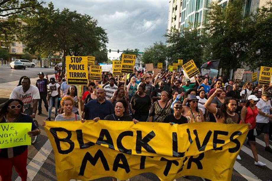 umerosas personas del movimiento Black Lives Matter (Las vidas de los negros importan) protestan en el centro de Tampa el lunes 11 de julio de 2015 por las muertes de Alton Sterling y Philando Castile a manos de la policía, en incidentes ocurridos la semana anterior. (Loren Elliott/Tampa Bay Times vía AP) Photo: Loren Elliott