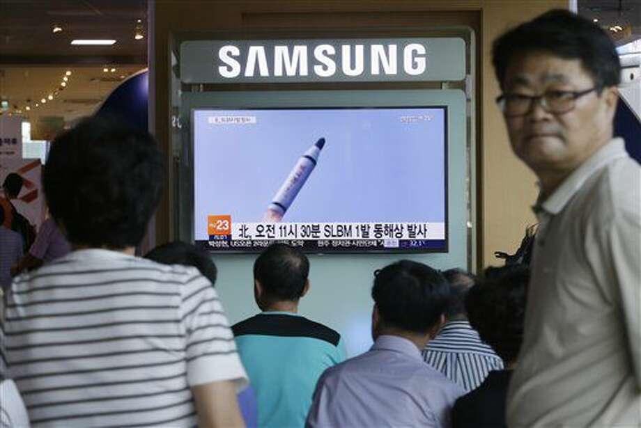 Personas observan el sábado 9 de julio de 2016 en una estación ferroviaria en Seúl, Corea del Sur, un noticiario en el que se ven imágenes de archivo de un misil balístico que Corea del Norte afirma haber lanzado desde un submarino. Corea del Norte disparó el sábado un misil balístico desde un submarino pero posiblemente el cohete fracasó en la primera etapa de vuelo, en el más reciente de los lanzamientos de prueba de este tipo que son parte de los esfuerzos de Pyongyang para desarrollar tecnología capaz de transportar ojivas nucleares, dijeron Estados Unidos y Corea del Sur. (AP Foto/Ahn Young-joon) Photo: Ahn Young-joon