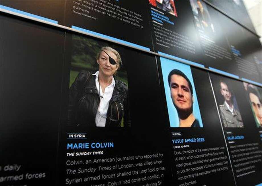 En esta imagen de archivo, tomada el 13 de mayo de 2013, la fotografía de la periodista Marie Colvin, que fue asesinada mientras trabajaba en Siria, en una pared del Newseum durante un acto de homenaje a periodistas fallecidos en el ejercicio de su profesión en 2012 wn Washington. (AP Foto/Jose Luis Magana, archivo) Photo: Jose Luis Magana