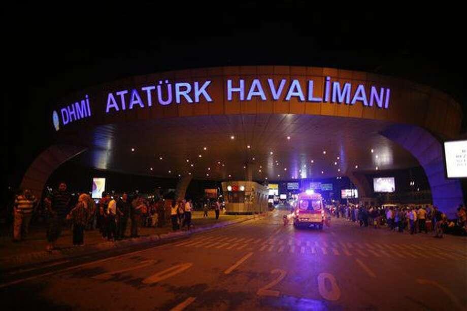 Un grupo de personas se congrega a la entrada del Aeropuerto Ataturk de Estambul, turquía, el miércoles 29 de junio de 2016, luego que dos explosiones dejaron ahí decenas de muertos y heridos (AP Foto/Emrah Gurel) TURKEY OUT Photo: Emrah Gurel