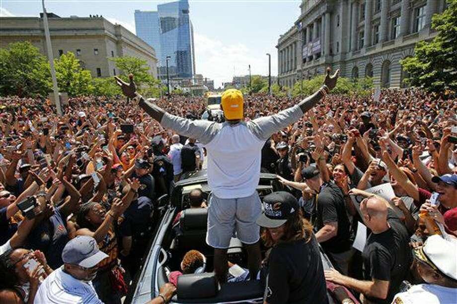 El jugador de los Cavaliers, LeBron James, aparece de espalda en el desfile en Cleveland tras ganar el título de la NBA el 22 de junio de 2016. (AP Photo/Gene J. Puskar, File) Photo: Gene J. Puskar