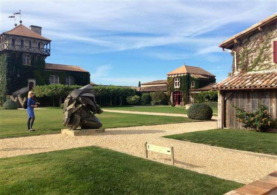 Esta fotó del 26 de septiembre de 2015 muestra el Chateau Smith Haut Lafitte en Burdeos, Francia. Los viñedos datan de siglos, pero sus dueños han integrado prácticas sustentables, orgánicas y de alta tecnología. (Kevin Begos via AP) Photo: Kevin Begos