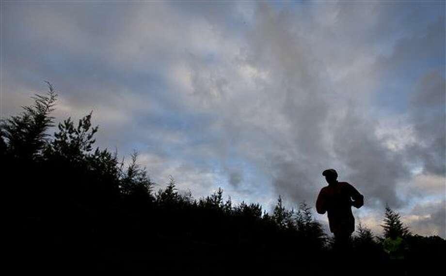 ARCHIVO - En imagen de archivo del 30 de enero de 2016, un atleta keniano entrena al amanecer en el Bosque de Kaptagat en el oeste de Kenia. La agencia británica antidopaje ha enviado a dos investigadores a Kenia para que realicen pesquisas en torno a las acusaciones de que cuatro atletas británicos estaban usando la prohibida eritropoyetina (EPO). (AP Foto/Ben Curtis, archivo) Photo: Ben Curtis