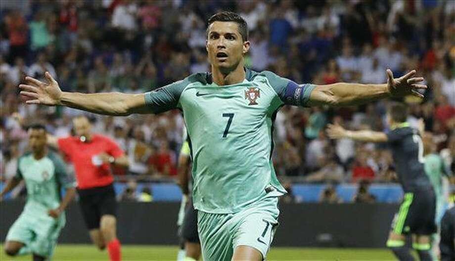 Cristiano Ronaldo tras anotar el primer gol de Portugal ante Gales en el partido por las semifinales de la Eurocopa en Lyon, Francia, el miércoles 6 de julio de 2016. (AP Foto/Frank Augstein) Photo: Frank Augstein