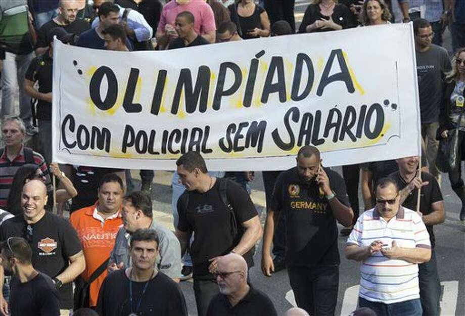 Agentes policiales protestan el lunes 27 de junio de 2016 en Río de Janeiro, contra la falta de presupuestos para satisfacer las necesidades más básicas de su departamento, de cara a los Juegos Olímpicos (AP Foto/Silvia Izquierdo) Photo: Silvia Izquierdo