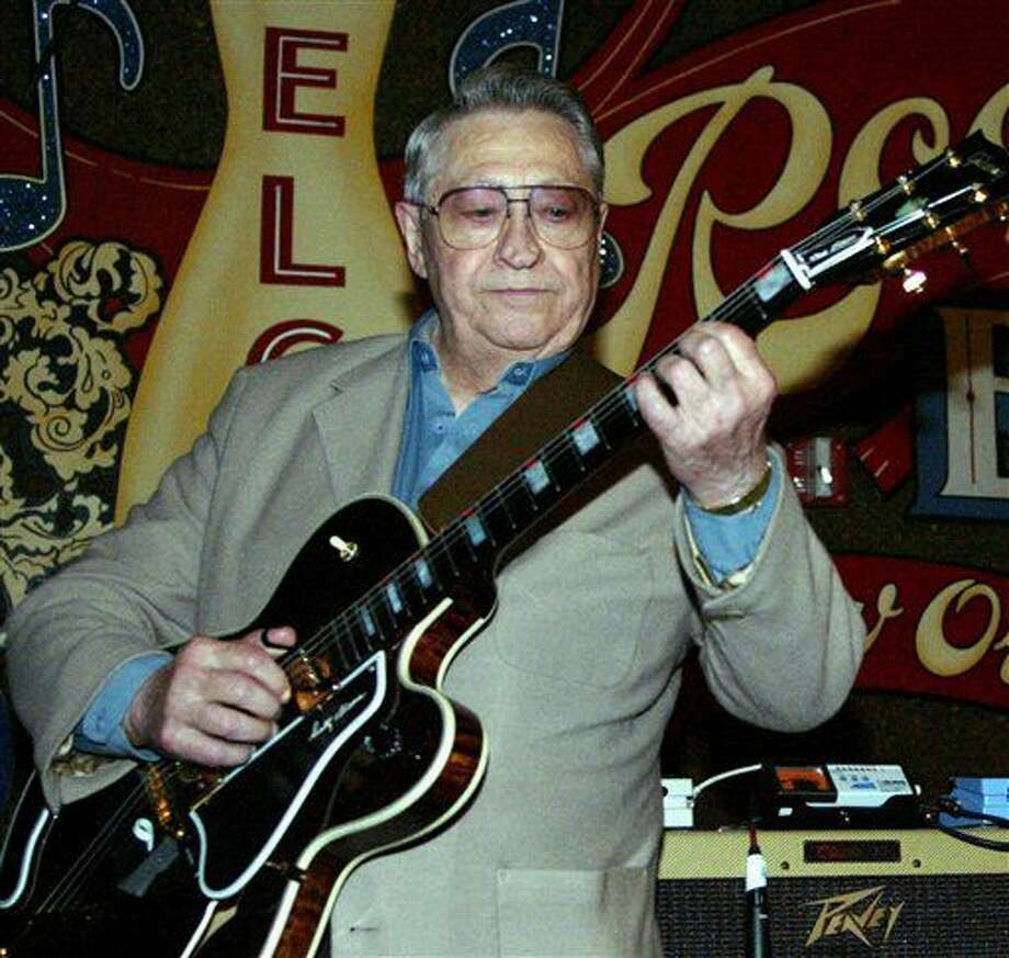 En esta foto del 30 de abril del 2003, Scotty Moore, exguitarrista de Elvis Presley, toca en el segundo festival anual Ponderosa Stomp en New Orleans. Moore falleció el martes 28 de junio del 2016. Tenía 84 años. (AP Foto/Judi Bottoni, Archivo) Photo: Judi Bottoni