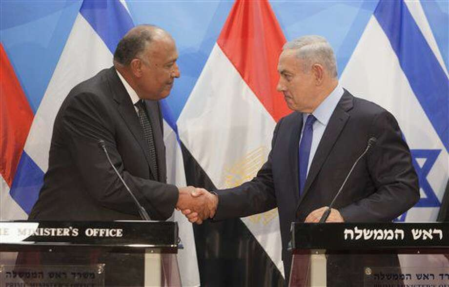 El ministro de exteriores de Egipto Sameh Shoukry y el primer ministro israelí Benjamin Netanyahu se estrechan la mano durante una conferencia de prensa en Jerusalén, el domingo 10 de julio de 2016. (AP Foto/Dan Balilty) Photo: Dan Balilty