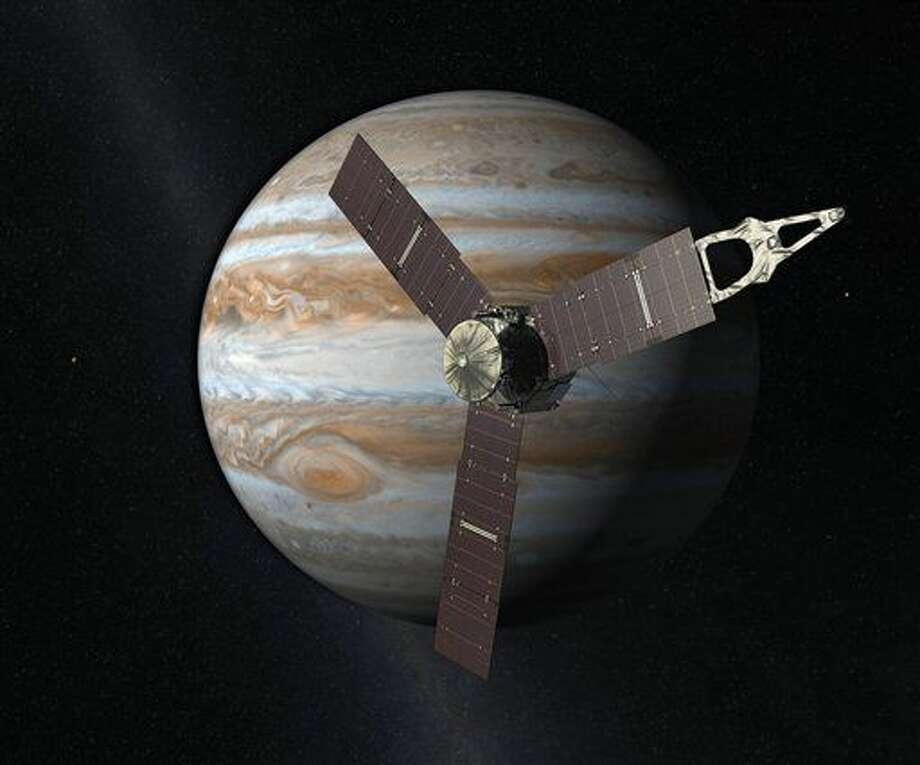 En esta interpretación artística creada por la NASA y JPL-Caltech se ve la nave espacial Juno mientras sobrevuela Júpiter. Juno entrará a la órbita del gigantesco planeta de gas el 4 de julio de 2016, cinco años después de su lanzamiento. (NASA/JPL-Caltech vía AP) Photo: Uncredited