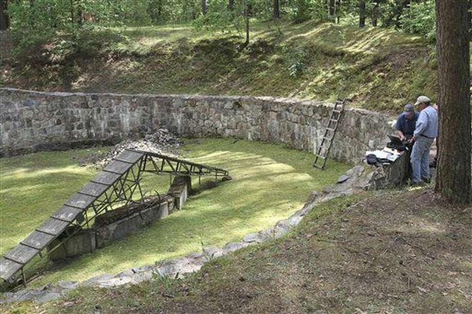Científicos preparan el terreno para un escaneo especializado con el fin de detectar la ubicación exacta de un túnel cavado por prisioneros judíos en Lituania para escapar del Holocausto. Foto suministrada por la Autoridad de Antigüedades de Israel, tomada el 22 de junio del 2016. (Ezra Wolfinger/Israel Antiquities Authority via AP) Photo: Ezra Wolfinger