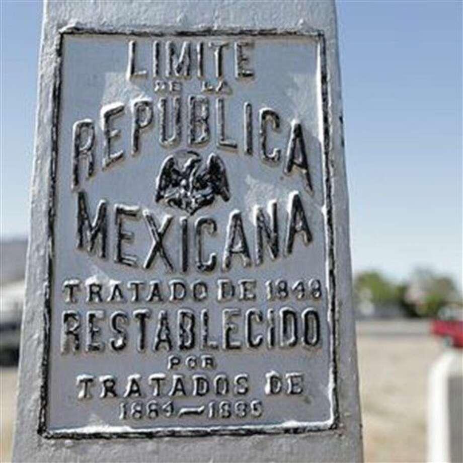Un cartel en el Monumento Nacional de El Chamizal recuerda el viejo límite entre México y Estados Unidos en El Paso, Texas, en foto del 1ro de julio del 2016. El parque, creado para conmemorar la resolución de un conflicto que duró 100 años, surgido cuando el río Bravo cambió de curso y corrió la frontera entre los dos países, cumple 50 años. (Mark Lambie /The El Paso Times via AP, File) Photo: Mark Lambie