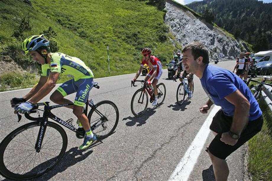 El español Alberto Contador (izquierda) corre durante la novena etapa del Tour de France, entre Vielha Val d'Aran, España, y Andorra Arcalis, Andorra, el domingo 10 de julio de 2016. (AP Foto/Christophe Ena) Photo: Christophe Ena