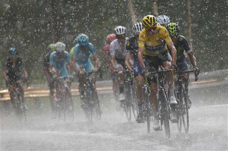El británico Chris Froome, vistiendo la camiseta amarilla de líder general, toma un ascenso en Andorra bajo la lluvia en la novena etapa del Tour de Francia que arrancó desde Vielha Val d'Aran, España, y culmina en Arcalis, Andorra, el domingo 10 de julio de 2016. (AP Foto/Christophe Ena) Photo: Christophe Ena