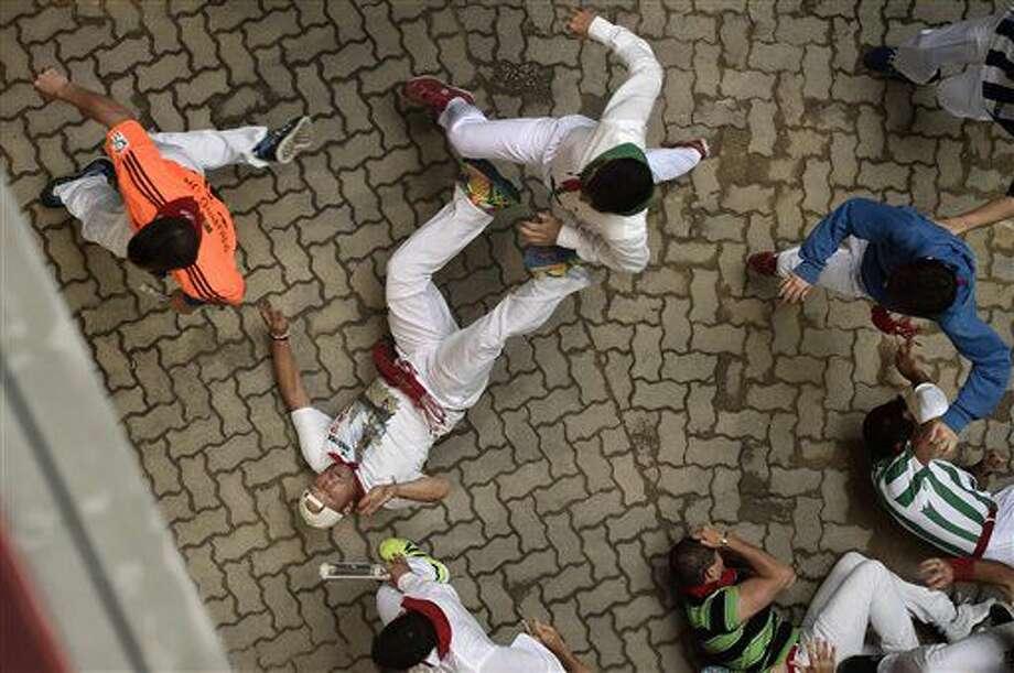 Un corredor entra en la plaza de toros durante el sexto encierro de las fiestas de San Fermín, en el que participaron toros de la ganadería Victoriano del Río Cortés, en Pamplona, en el norte de España, el martes 12 de julio de 2016. (AP Foto/Alvaro Barrientos) Photo: Alvaro Barrientos