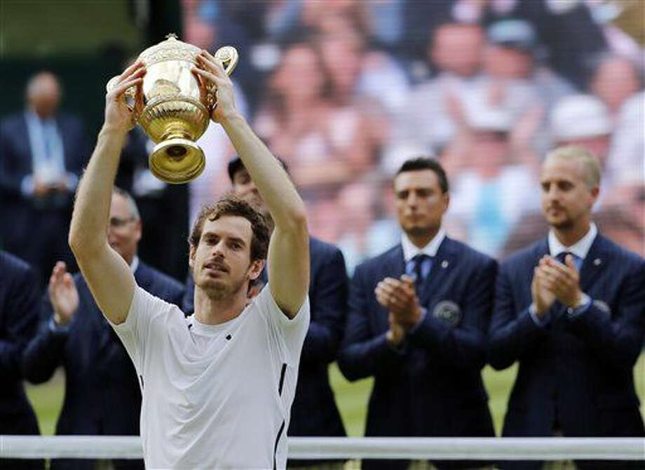 El británico Andy Murray alza el trofeo después de verncer al canadiense Milos Raonic en la final de Wimbledon en Londres, el domingo 10 de julio de 2016. (AP Foto/Ben Curtis) Photo: Ben Curtis