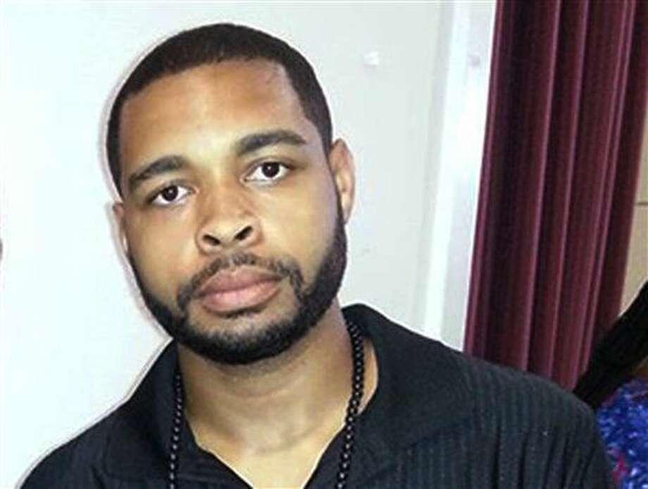 Esta foto sin fechar publicada en Facebook el 30 de abril de 2016 muestra a Micah Johnson, el sospechoso de matar a cinco policías en Dallas el jueves 7 de julio de 2016 durante una protesta por las recientes muertes de hombres de raza negra a manos de policías. Johnson, un veterano del Ejército, trató de refugiarse en un estacionamiento y se enfrentó a tiros con la policía, pero murió por un explosivo enviado por la policía en un robot, dijo el jefe de policía David Brown. (Facebook vía AP) Photo: Uncredited
