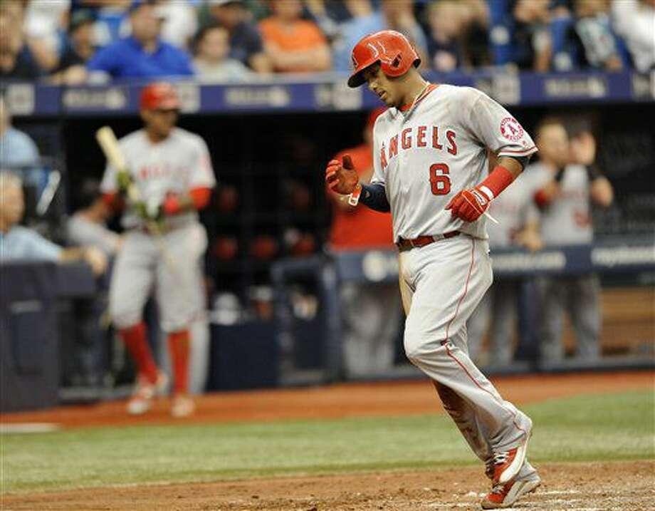 El jugador de los Angelinos, Yunel Escobar, anota una carrera ante los Rays el jueves, 7 de julio de 2016, en St. Petersburg, Florida. (AP Photo/Steve Nesius) Photo: Steve Nesius