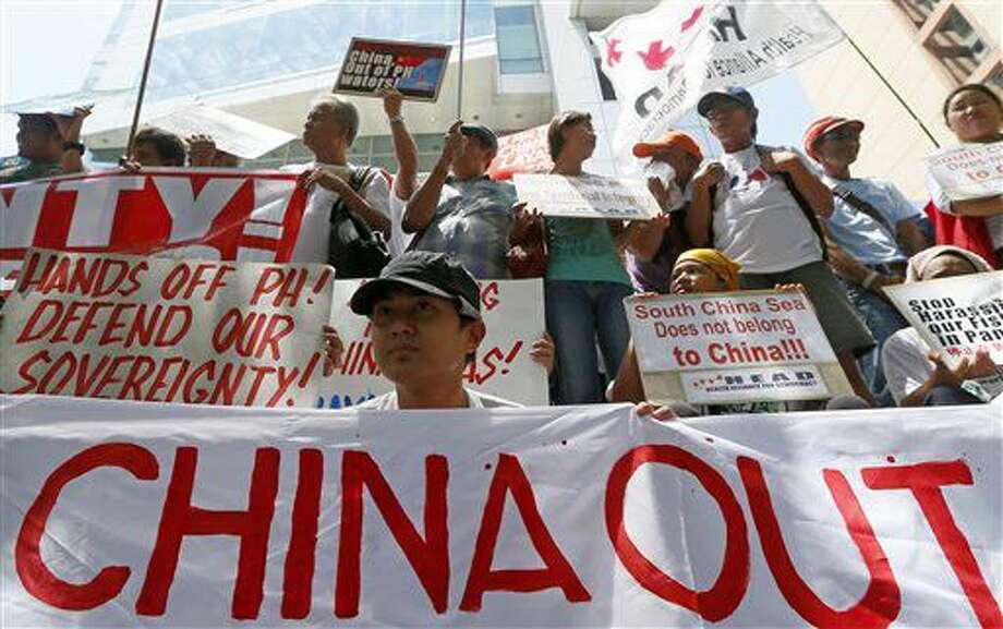 Manifestantes muestran carteles y pancartas durante una manifestación en el exterior del consulado chino antes de conocer el fallo sobre una disputa territorial con Filipinas por el mar de China Meridional, en un tribunal de La Haya. La imagen se tomó el 12 de julio de 2016, en Makati, en el este de Filipinas. (AP Foto/Bullit Marquez) Photo: Bullit Marquez