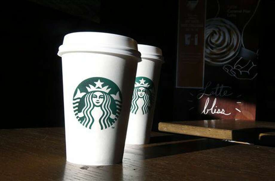 Fotografía de archivo del 17 de enero de 2014 de dos vasos en una cafetería Starbucks en North Andover, Massachusetts. (AP Foto/Elise Amendola, Archivo) Photo: Elise Amendola