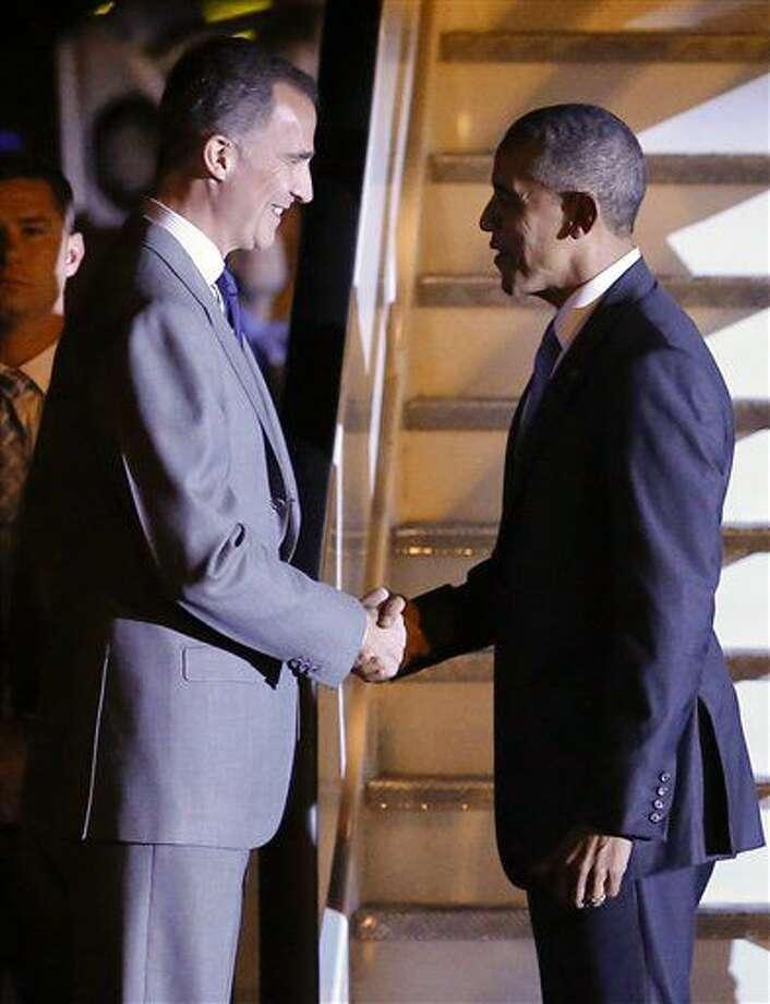 El presidente estadounidense Barack Obama, derecha, estrecha la mano del rey Felipe de España al arribar a la base aérea Torrejón a su arribo a España, 9 de julio de 2016. (AP Foto/Paul White) Photo: Paul White