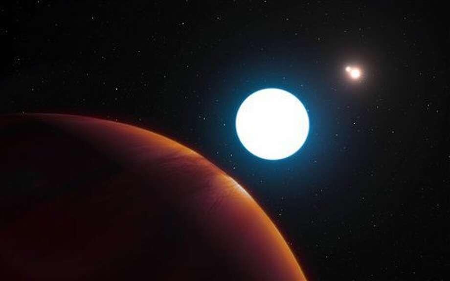 Esta imagen provista por el Observatorio del Sur de Europa muestra el gráfico de un sistema con tres soles HD 131399 cerca del gran planeta de gas que gira en órbita dentro del sistema. un equipo, dirigido por la Universidad de Arizona, usó un telescopio ESO en Chile para hallar el sistema que está a 320 años luz de distancia. Los astrónomos revelaron sus hallazgos el jueves 7 de julio del 2016. (L. Calçada/ESO via AP) Photo: L. Calçada