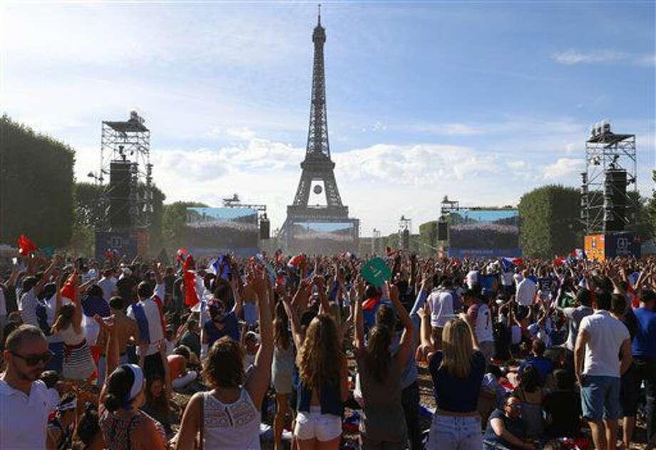 Fanáticos del fútbol esperan frente a pantallas gigantes, y con la torre Eiffel al fondo, el inicio de la final de la Eurocopa el París, el domingo 10 de julio de 2016. (AP Foto/Francois Mori) Photo: Francois Mori