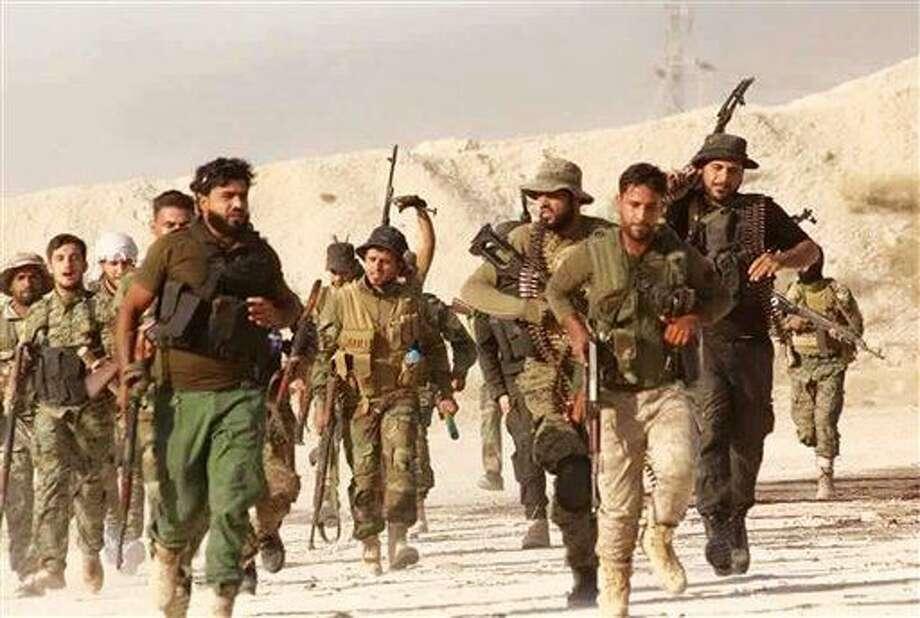 Foto de combatientes del Nuevo Ejército de Siria, rebeldes que se oponen al gobierno de Bashar Asad, en una localidad no divulgada dentro de Siria. Foto suministrada por el Nuevo Ejército de Siria el 28 de junio del 2016. Ha sido confirmada a raíz de su contenido y averiguaciones de la AP. (Nuevo Ejército de Siria vía AP) Photo: Uncredited