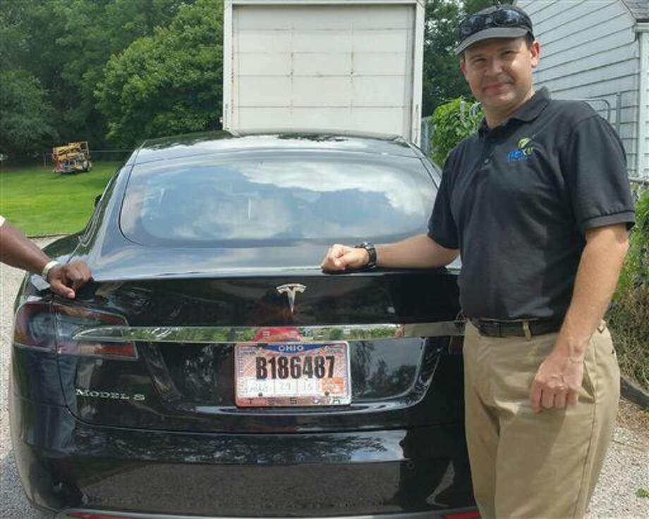 Esta foto tomada en el 2015 y provista por Krista Kitchen muestra a su vecino Joshua Brown y su nuevo auto eléctrico Tesla, cerca de su casa en Canton, Ohio. Brown murió en un accidente en Florida el 7 de mayo del 2016 - la primera muerte en un auto que usa la tecnología de autopiloto en un auto. Investigadores federales de seguridad pidieron el martes 12 de julio al manufacturador de autos electricos Tesla detalles sobre la manera como funciona su sistema autopiloto y por qué no detectó un tractocamión cuando se le cruzó en mayo, en un choque en Florida. (Krista Kitchen via AP, Archivo) Photo: Krista Kitchen