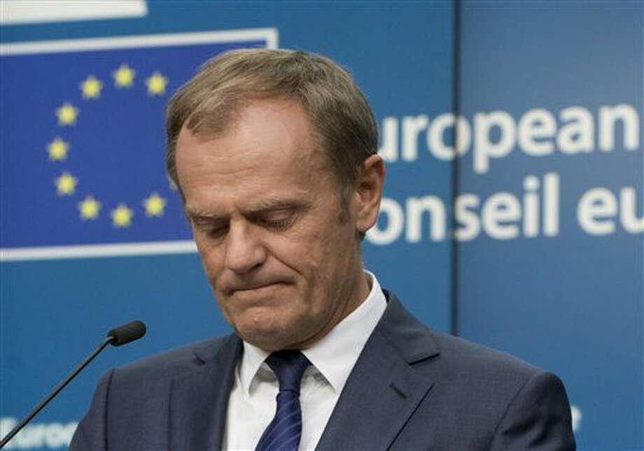 El presidente del Consejo Europeo, Donald Tusk, escucha una pregunta de periodistas durante una conferencia de prensa en una cumbre de la UE en Bruselas, el 28 de junio de 2016. (AP Foto/Virginia Mayo) Photo: Virginia Mayo