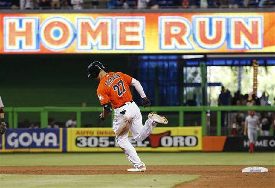 Giancarlo Stanton, de los Marlins de Miami, recorre las almohadillas luego de conectar jonrón de dos carreras en el quinto inning del juego ante los Rojos de Cincinnati el domingo 10 de julio de 2016 en Miami. (AP Foto/Wilfredo Lee) Photo: Wilfredo Lee