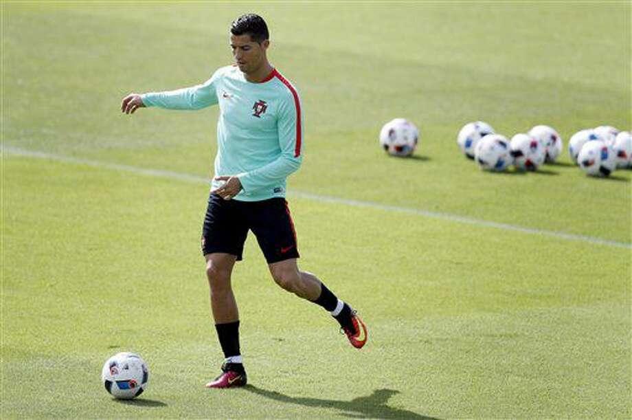 Cristiano Ronaldo participa de un entrenamiento de Portugal en Marcoussis, Francia, el miércoles 29 de junio de 2016. Portugal enfrenta a Polonia el jueves en los cuartos de final de la Eurocopa. (AP Foto/Michael Sohn) Photo: Michael Sohn