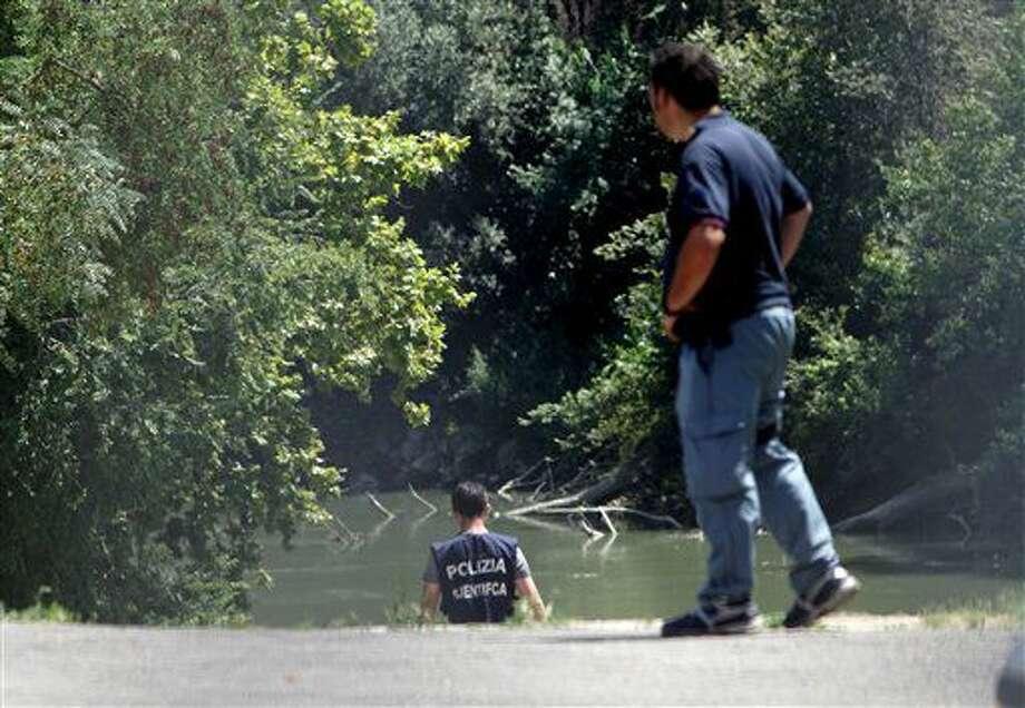 La policía italiana inspecciona las orillas del río Tíber en Roma, donde apareció el cuerpo de un joven, el 4 de julio de 2016. Autoridades italianas investigaban la desaparición de un estudiante de Wisconsin en Roma un día después de llegar a la capital italiana. (AP Foto/Andrew Medichini) Photo: Andrew Medichini