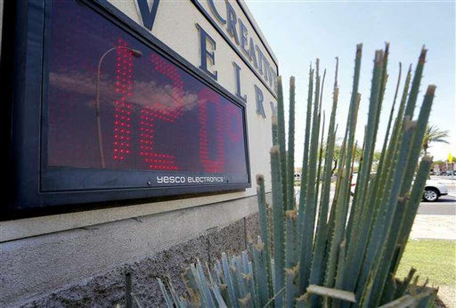 ARCHIVO - En esta foto de archivo del 20 de junio de 2016, un cartel al que da la luz directa del sol indica 120 grados Fahrenheit (49 Celsius) en Phoenix, Arizona. El clima caluroso rompió un nuevo récord del verano bporeal: el junio más caluroso desde que se llevan registros. (AP Foto/Matt York, File) Photo: Matt York