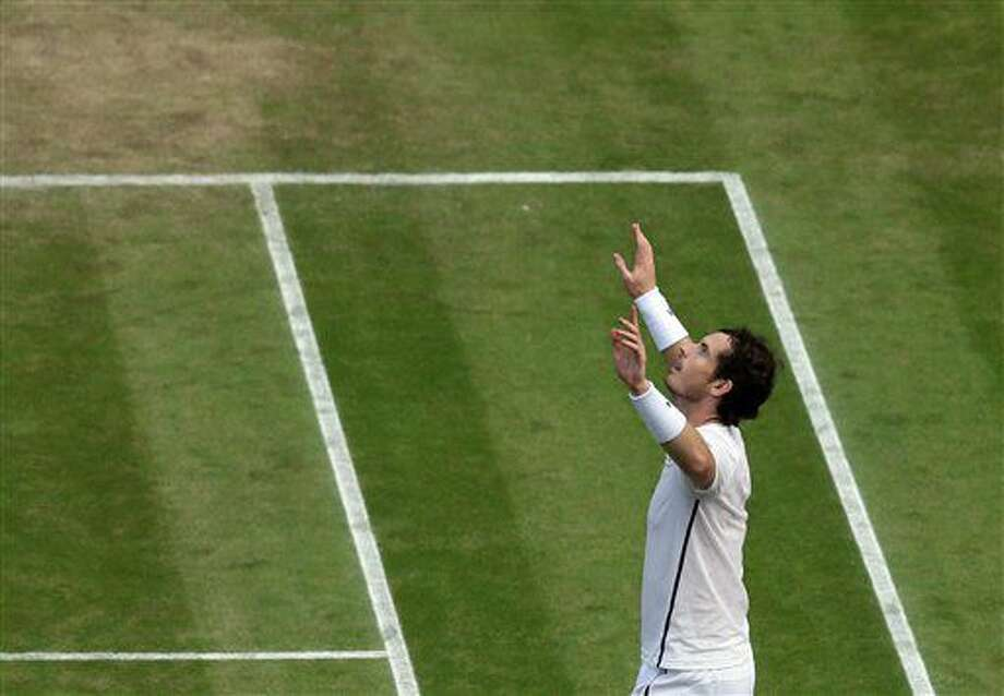 Andy Murray celebra tras vencer a Tomas Berdych en las semifinales de Wimbledon el viernes, 8 de julio de 2016, en Londres. (AP Photo/Tim Ireland) Photo: Tim Ireland