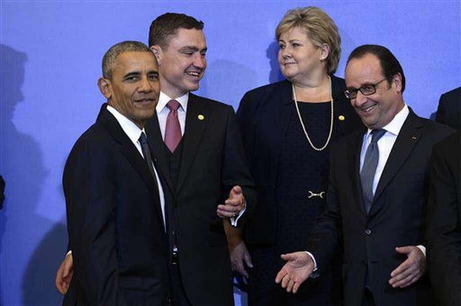 El presidente de EEUU Barack Obama habla con el presidente de Francia, François Hollande, a la derecha, antes de una foto de familia en el palacio Presidencial en Varsovia, Polonia, el viernes 8 de julio de 2016, durante una cumbre de la OTAN. (AP Foto/Susan Walsh) Photo: Susan Walsh