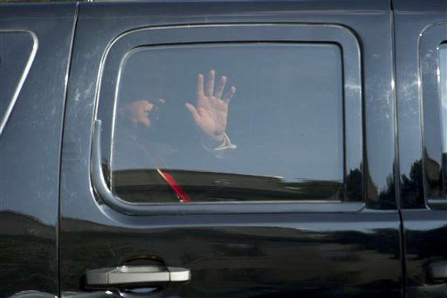 El virtual candidato presidencial republicano Donald Trump saluda desde su vehículo blindado al arribar a un encuentro con legisladores republicanos en Washington, jueves 7 de julio de 2016. (AP Foto/Cliff Owen) Photo: Cliff Owen