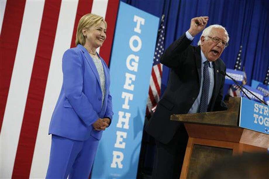 La virtual nominada a la presidenia por el Partido Demócrata, Hillary Clinton, escucha a Bernie Sanders, también contendiente a la presidencia por el mismo partido, durante un mitin en Portsmouth, New Hampshire, el martes 12 de julio del 2016, donde Sanders respaldó a Clinton a la presidencia. (Foto AP /Andrew Harnik) Photo: Andrew Harnik