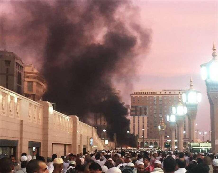 Una columna de humo se eleva en el lugar donde ocurrió una explosión en Medina, Arabia Saudí, el lunes 4 de julio de 2016. Las autoridades dijeron que atacantes suicidas detonaron el lunes sus explosivos cerca de los lugares más sagrados del Islam en Medina y La Meca. En Medina, el atentado dejo al menos cinco muertos y cinco heridos, según las autoridades. (Courtesía de Noor Punasiya vía AP) Photo: Noor Punasiya