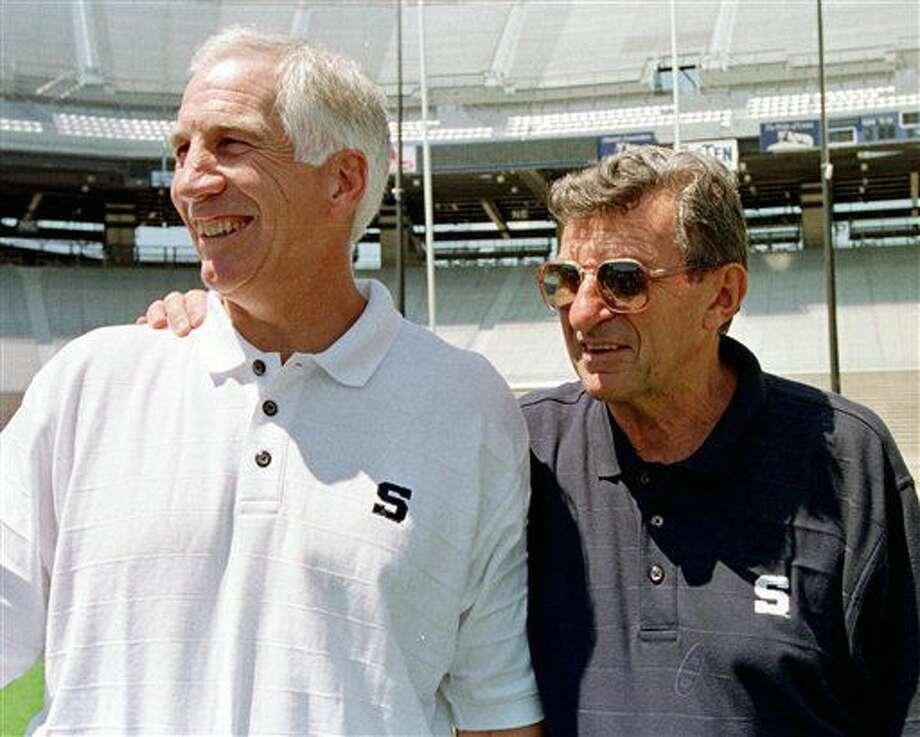 En esta foto de archivo del 6 de agosto de 1999, el entrenador de fútbol americano de Penn State, Joe Paterno, derecha, y su asistente Jerry Sandusky, aparecen durante un día de prensa en la sede de la universidad en State College, Pennsylvania. (AP Photo/Paul Vathis, File) Photo: Paul Vathis