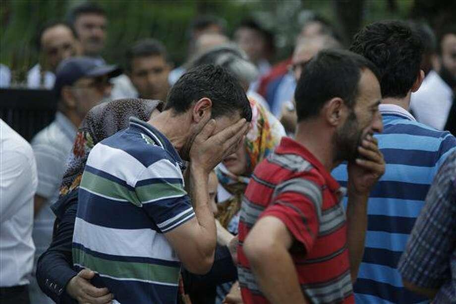 Familiares de víctimas lloran ante el Centro Médico Forense de Estambul, el miércoles 29 de junio de 2016. DOcenas de personas murieron y más de 100 resultaron heridas en un atentado suicida el martes contra el aeropuerto de Atarkuk, en Estambul. (AP Foto/Emrah Gurel) NO PUBLICAR EN TURQUIA Photo: Emrah Gurel