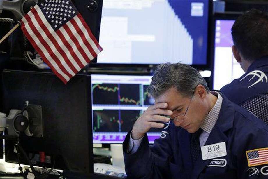 El corredor Anthony Rinaldi trabaja en el piso de la Bolsa de Valores de Nueva York, el martes 5 de julio de 2016. El mercado bursátil neoyorquino cedió una ganancia temprana el jueves 7 de julio y concluyó el día más o menos donde empezó. (AP Foto/Richard Drew) Photo: Richard Drew