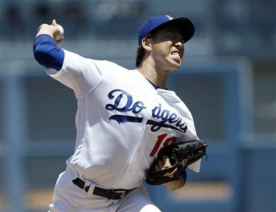 El abridor de los Dodgers de Los Ángeles, Kenta Maeda, realiza un lanzamiento en el primer inning ante los Padres de San diego el domingo 10 de julio de 2016 en Los Ángeles. (AP Foto/Alex Gallardo) Photo: Alex Gallardo