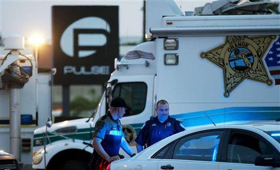 ARCHIVO - En esta imagen de archivo del 17 de junio de 2016, agentes de policía ante el club nocturno Pulse tras un tiroteo masivo el domingo en Orlando, Florida. (AP Foto/David Goldman, Archivo) Photo: David Goldman