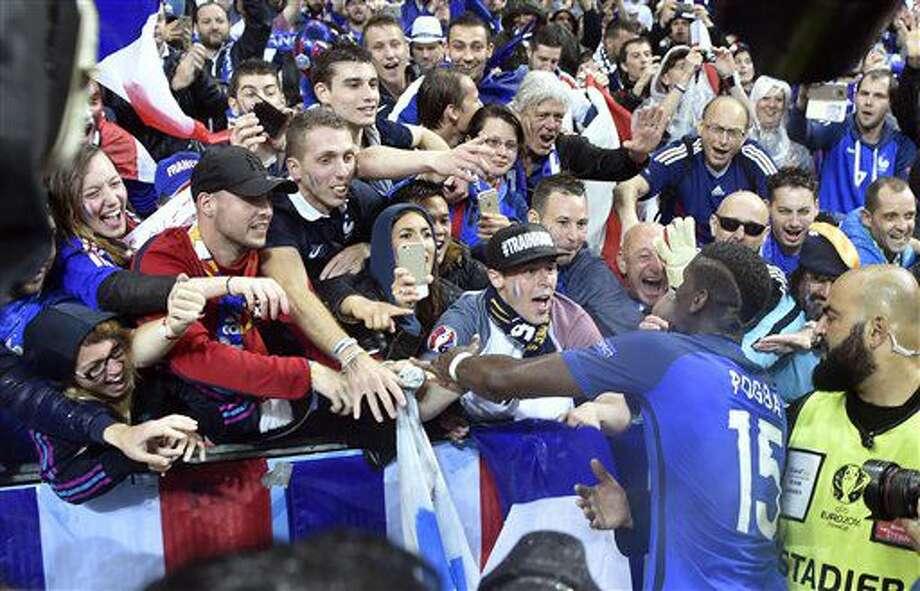 El volante francés Paul Pogba celebra con el público local tras vencer a Islandia en los cuartos de final de la Eurocopa en Saint-Denis, Francia, el domingo 3 de julio de 2016. (AP Foto/Martin Meissner) Photo: Martin Meissner