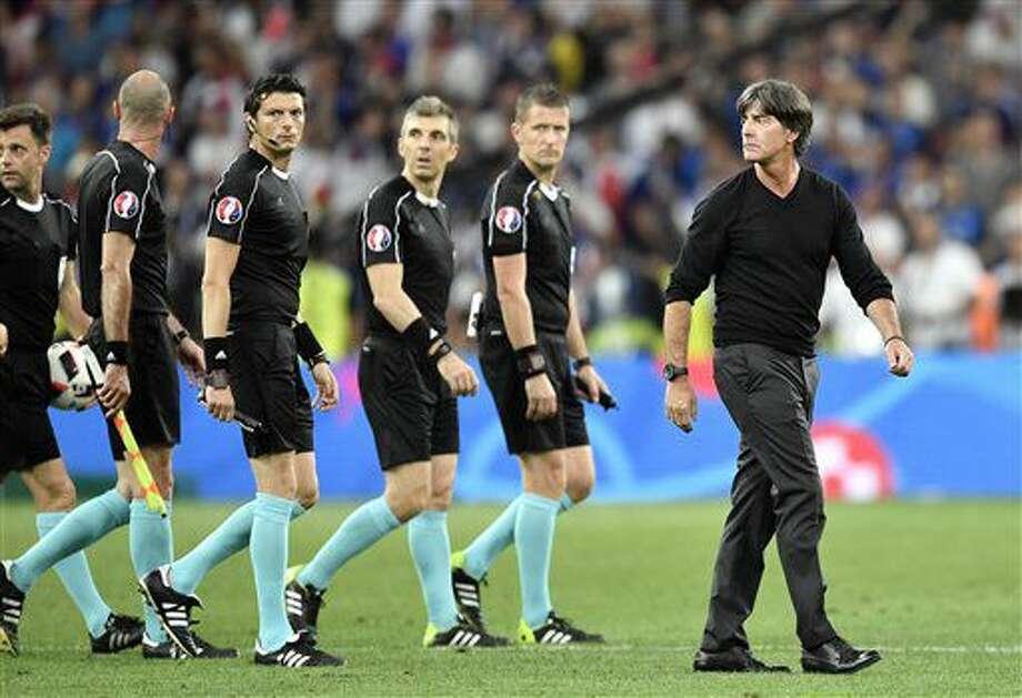El técnico de Alemania, Joachim Loew, derecha, sale de la cancha tras perder ante Francia en las semifinales de la Eurocopa el jueves, 7 de julio de 2016, en Marsella, Francia. (AP Photo/Martin Meissner) Photo: Martin Meissner