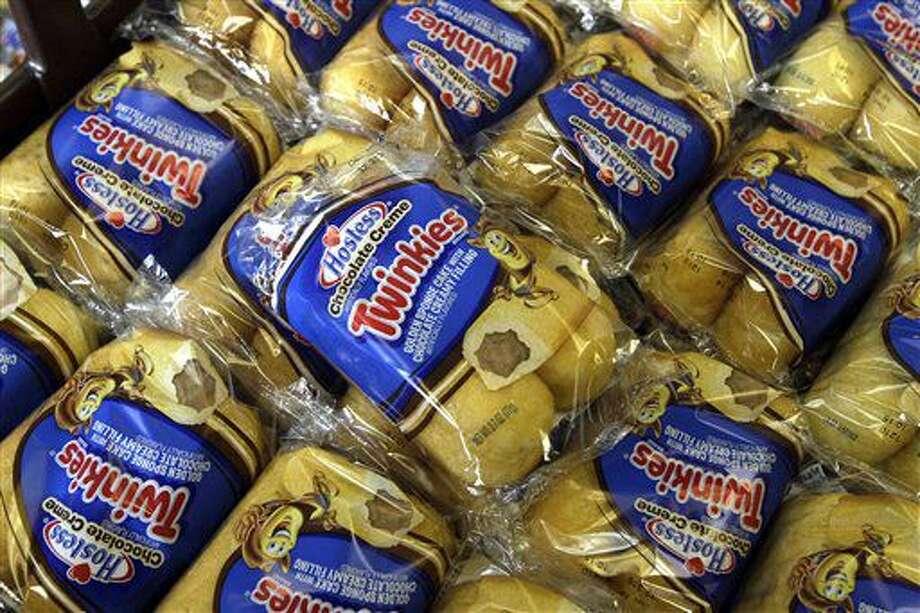 ARCHIVO - En esta fotografía de archivo del 16 de noviembre de 2013, los pastelitos Twinkies se exhiben en la panadería de Hostess Brands en Denver. Casi cuatro años tras buscar protección por bancarrota luego de una serie de problemas laborales y el gusto cambiante del consumidor, el productor de los pastelitos Twinkies y Ding Dongs una vez más cambia de escenario como una compañía que cotiza en la bolsa. (AP Foto/Brennan Linsley, Archivo) Photo: Brennan Linsley