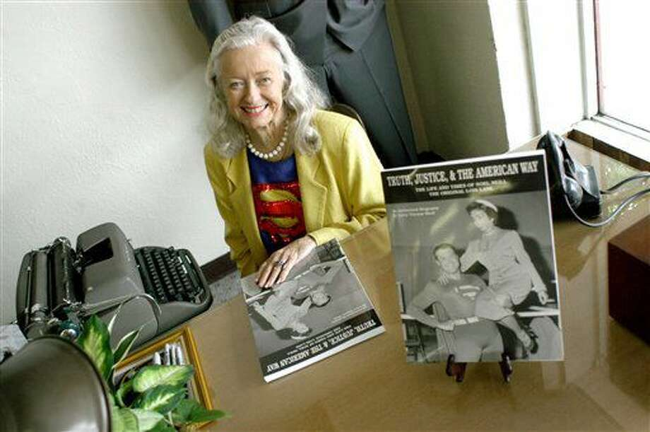 """En esta foto del 13 de junio del 2003, Noel Niell posa antes de comenzar a autografiar ejemplares de su libro """"Truth, Justice, and the American Way, The Life and Times of Noel Neill The Original Lois Lane"""", durante el """"Almuerzo con Lois"""" en la Cafetería Farley's, como parte de la Celebración de Superman en Metrópolis, Illinois. La actriz, la primera que dio vida al interés amoroso de Superman en la pantalla, falleció el domingo 3 de julio del 2016. Tenía 95 años. (Stephen Lance Dennee/The Paducah Sun vía AP) Photo: Stephen Lance Dennee"""