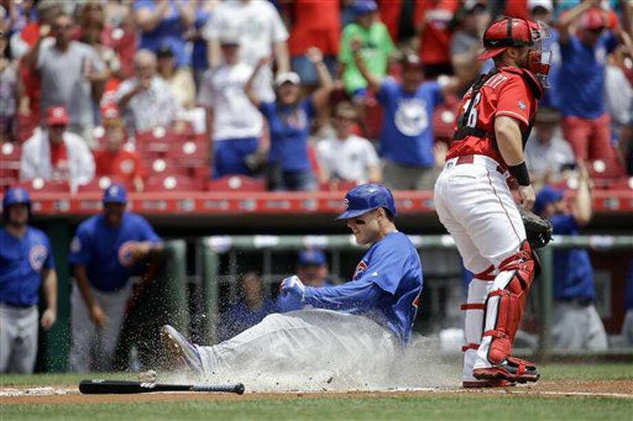 El jugador de los Cachorros, Anthony Rizzo, izquierda, se desliza tras batear un jonrón dentro del parque ante los Rojos de Cincinnati el miércoles, 29 de junio de 2016, en Cincinnati. (AP Photo/John Minchillo) Photo: John Minchillo