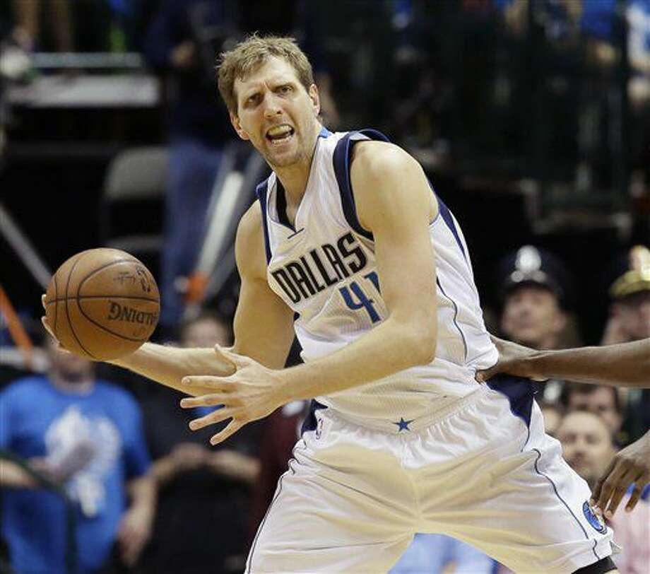 En esta foto de archivo del 21 de abril de 2016, el jugador de los Mavericks, Dirk Nowitzki, intenta pasar en un partido contra Oklahoma City en Dallas. (AP Photo/LM Otero, File) Photo: LM Otero