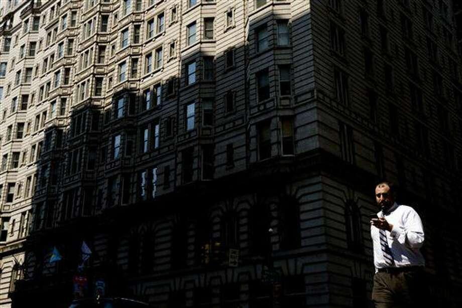 Esta foto tomada el 11 de julio del 2014 muestra a un peatón viendo su celular mientras cruza la calle South Broad, en Filadelfia. El típico adulto estadounidense está usando medios electrónicos una hora al día más que el año pasado, y los celulares representan la mayor parte del aumento, de acuerdo con un estudio de Nielsen. (Foto AP /Matt Rourke, Archivo) Photo: Matt Rourke